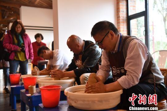 海外华媒走进中国彩瓷发源地_感受邛窑历史文化